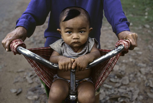 Steve_McCurry_child-in-bicycle.jpg